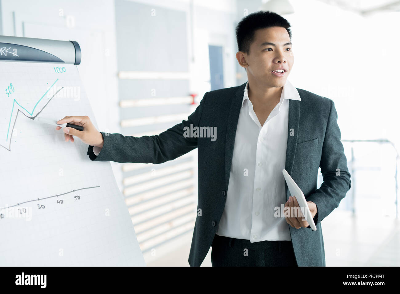 Empresario en el momento de la presentación de informes Foto de stock