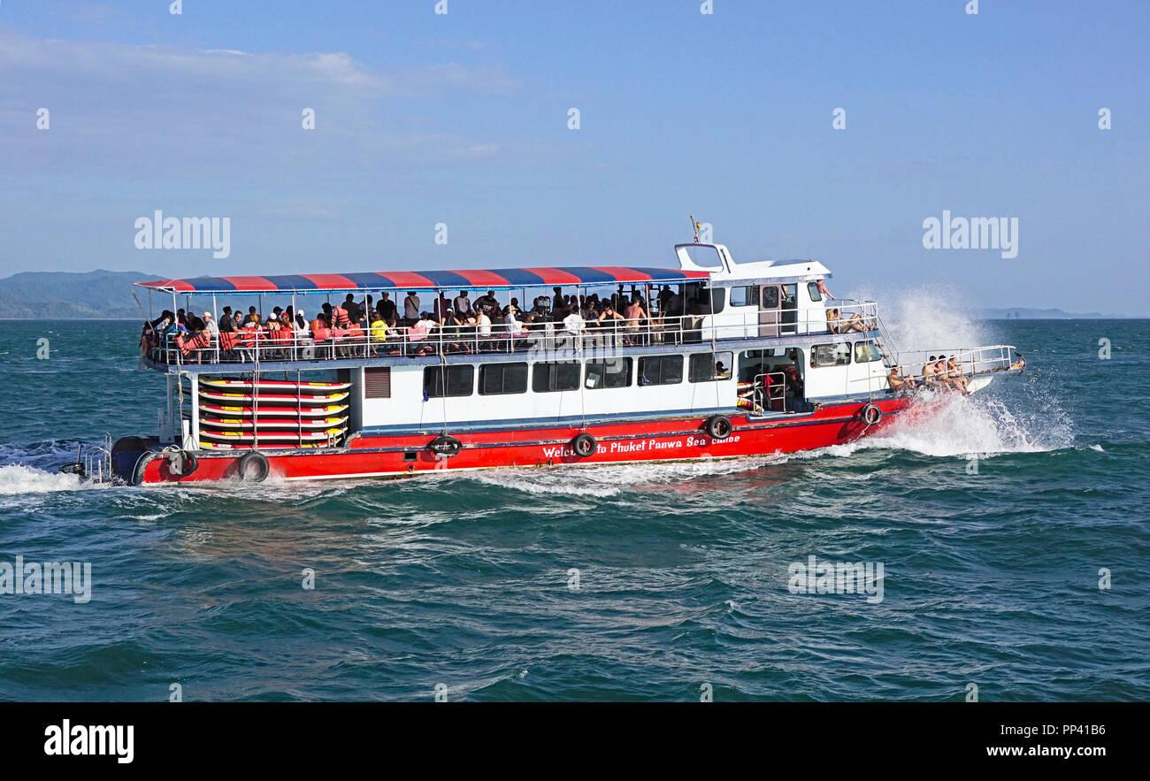 Crucero en barco desde Phuket excursión de un día a las islas Phi Phi de Tailandia en el Mar de Andaman. Imagen De Stock