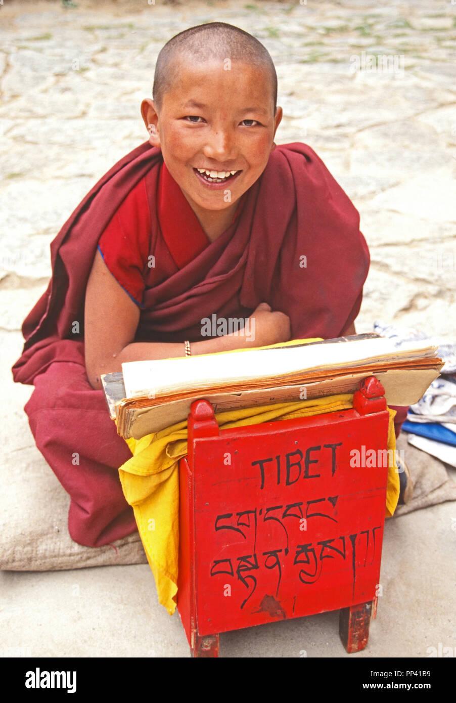 Monje novicio durante el estudio religioso en el monasterio de Drepung, cerca de Lhasa (Tíbet). Imagen De Stock