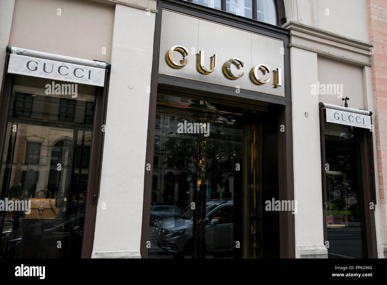 Shopping Gucci Imágenes De Stock   Shopping Gucci Fotos De Stock - Alamy cc2bd18d116