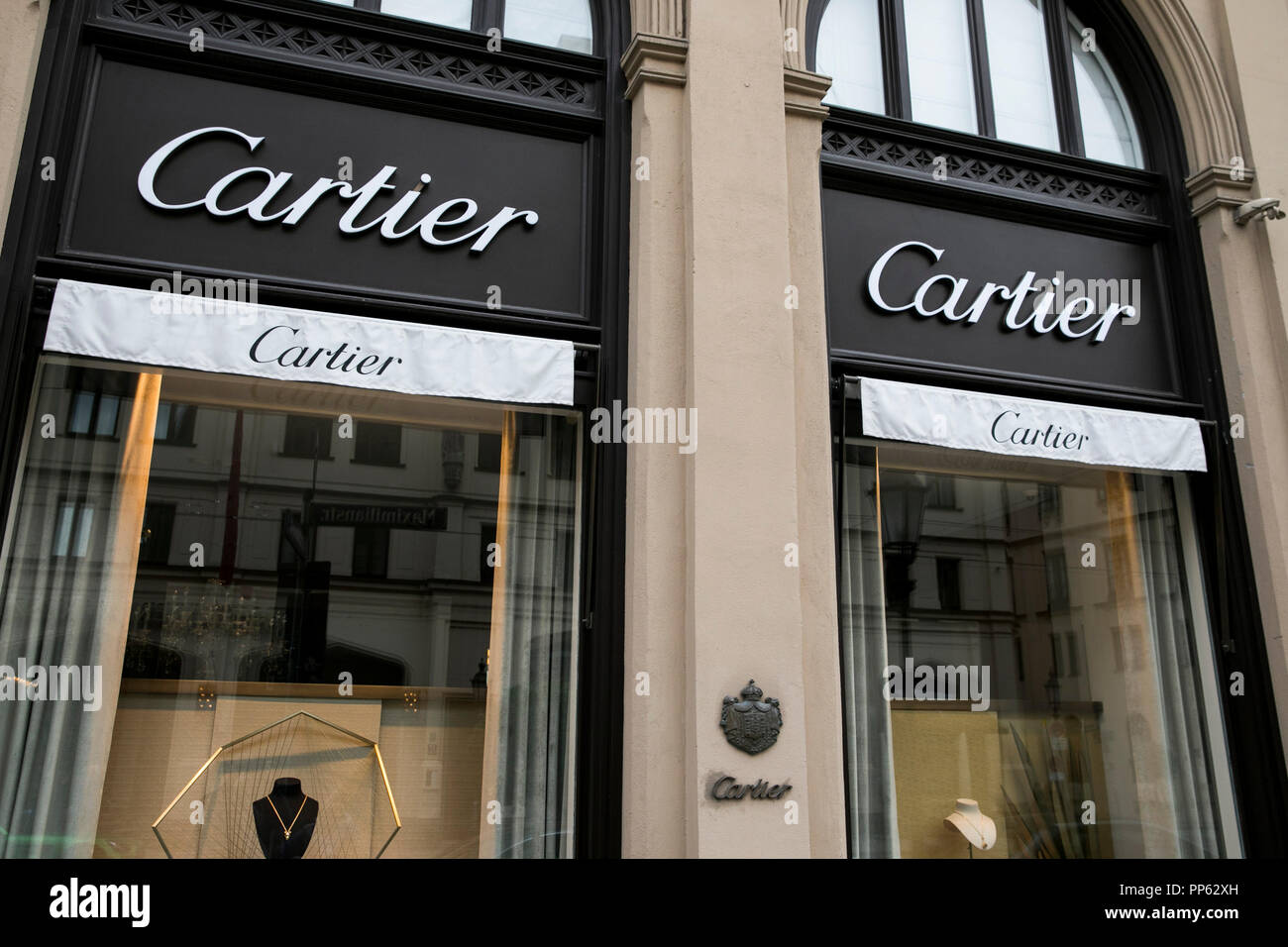 03bb581cf175 Cartier Logo Imágenes De Stock & Cartier Logo Fotos De Stock - Alamy