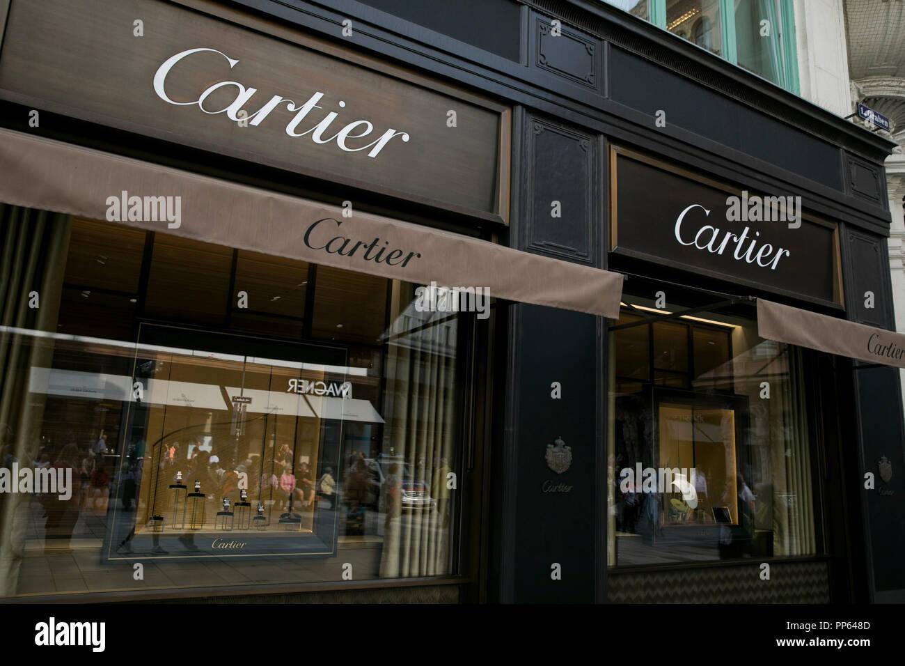847c49ac5aad Un logotipo cartel fuera de una tienda minorista Cartier en Viena ...