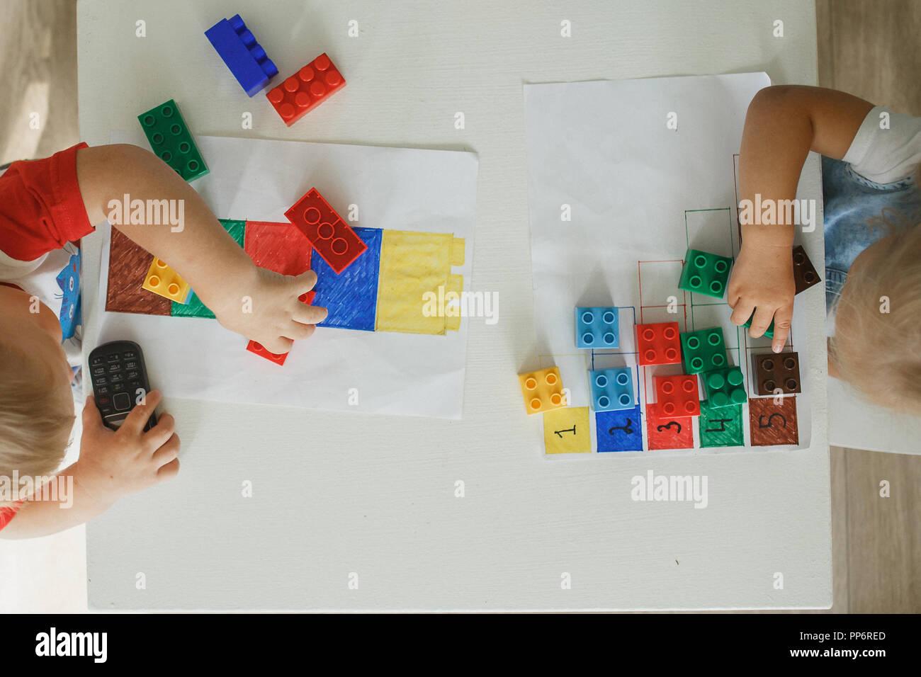 Niño jugando con bloques kit educativo en la guardería Foto de stock