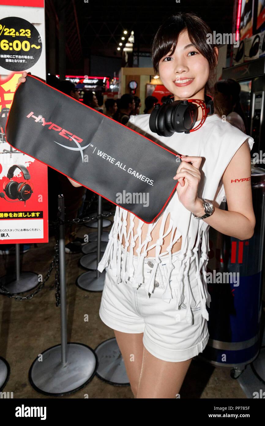 Un Stand Assistant Posa Para Una Fotografia Durante El Tokyo Game