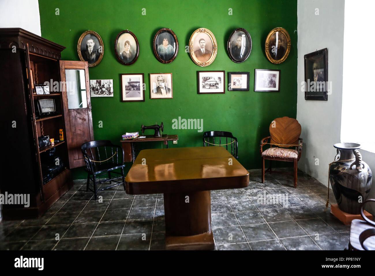 Las imágenes en la pared, la pared, la pared verde, imágenes, ondulado, máquina de cocción, fotografías antiguas,. Ures museo regional en el estado de Sonora, México. Museo Imagen De Stock