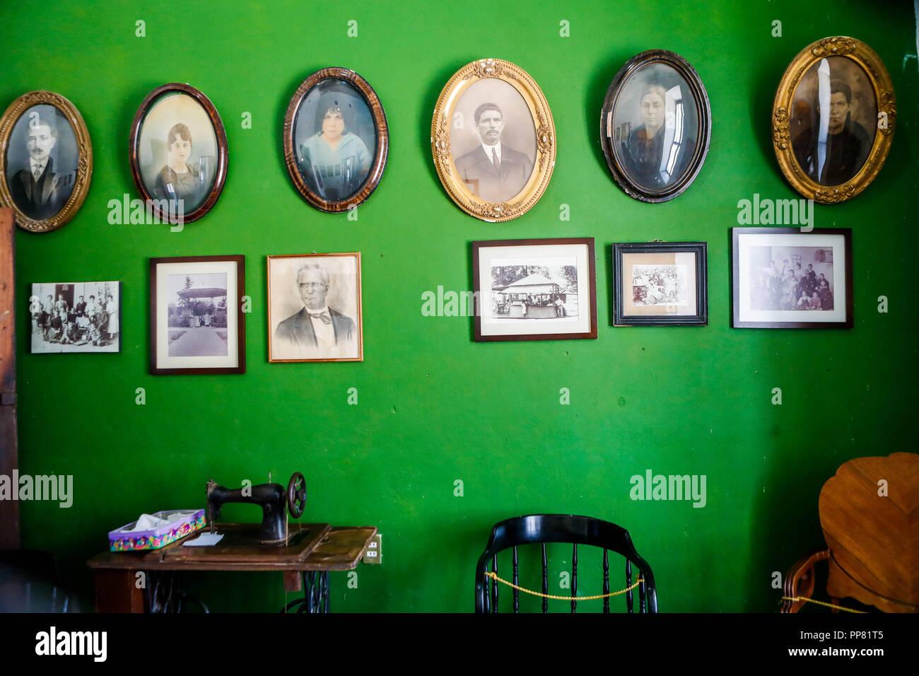 Las imágenes en la pared, la pared, la pared verde, imágenes, ondulado, cocinar, máquina de fotografías antiguas. Ures museo regional en el estado de Sonora, México. Museo r Imagen De Stock