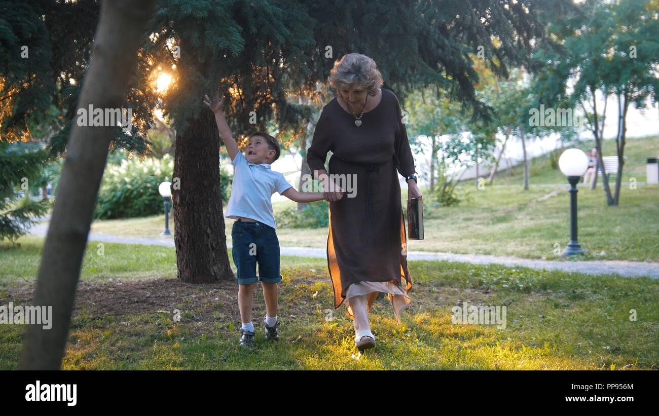 Abuela con nieto tener un caminar juntos. Imagen De Stock