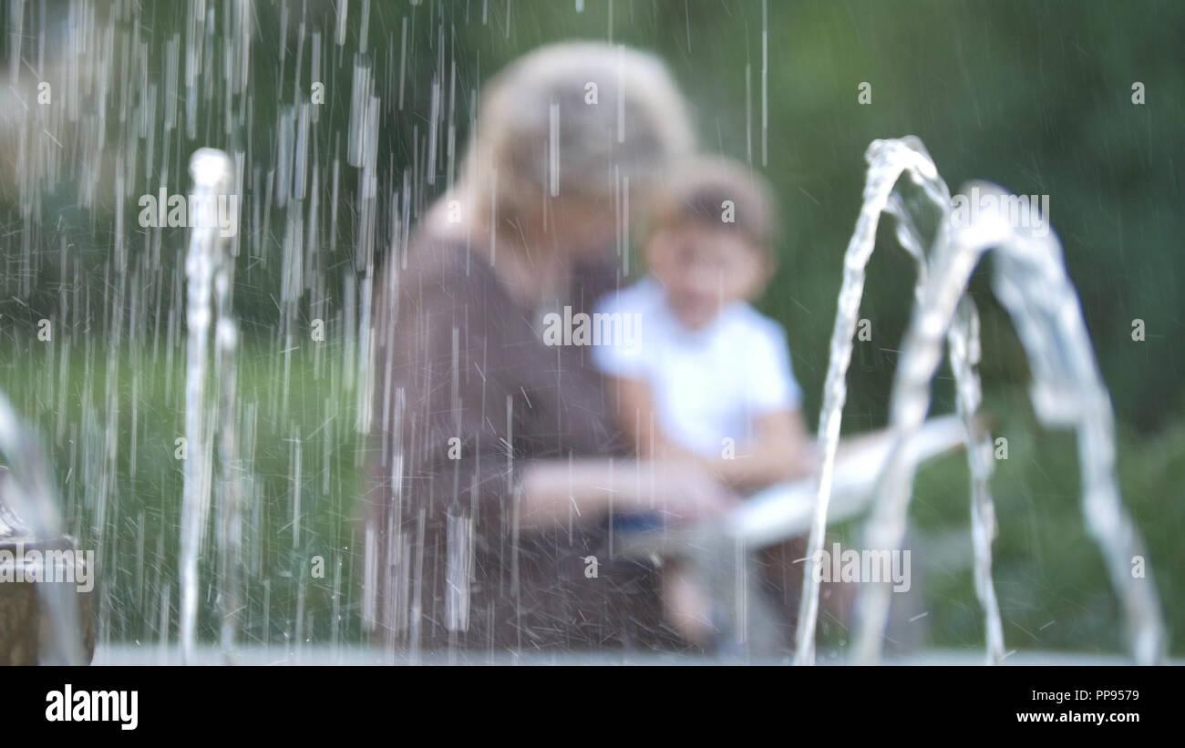 Abuela con nieto leyendo un libro juntos desenfocado Imagen De Stock