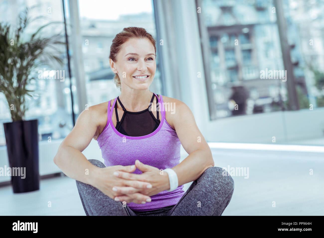 Feliz mujer madura entrenando duro cada día Imagen De Stock