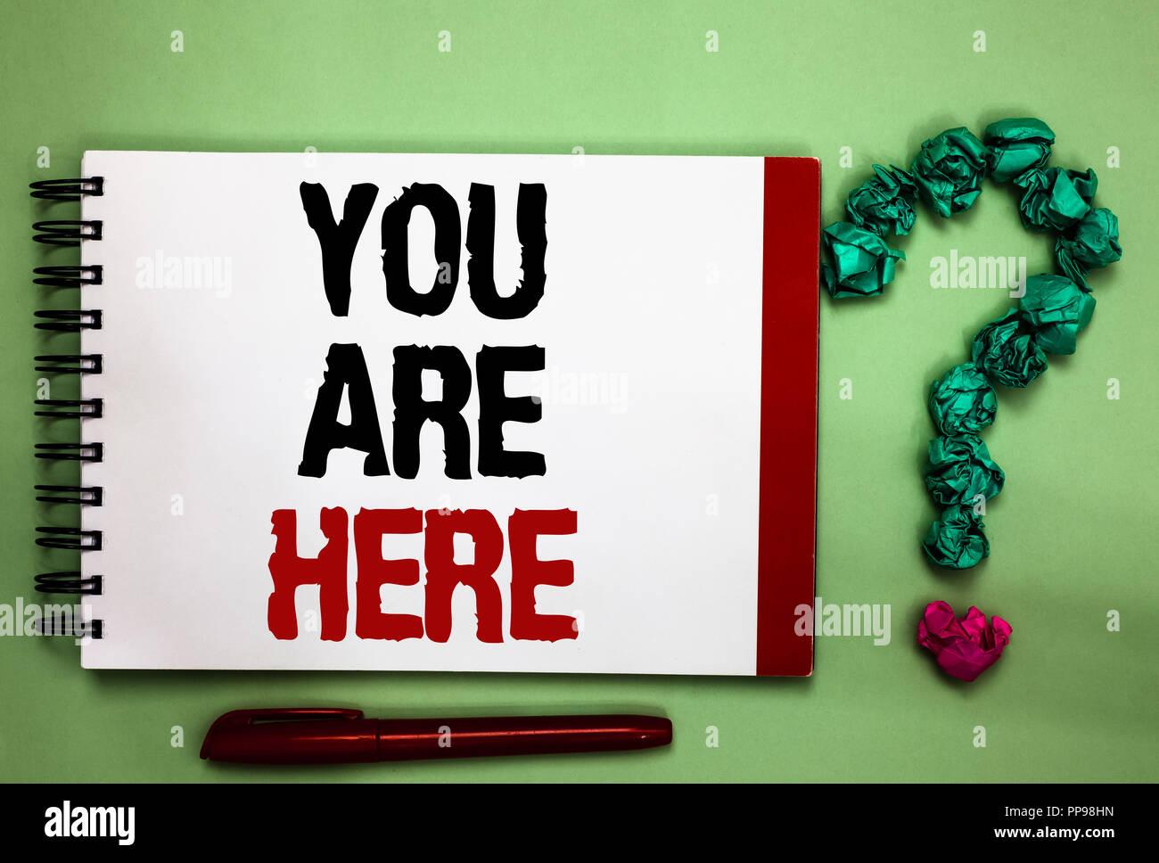 Escribir nota que muestra Usted está aquí. Exhibición fotográfica de negocios este es el punto de referencia de la ubicación del sistema de posicionamiento global celadón, fondo de color Imagen De Stock