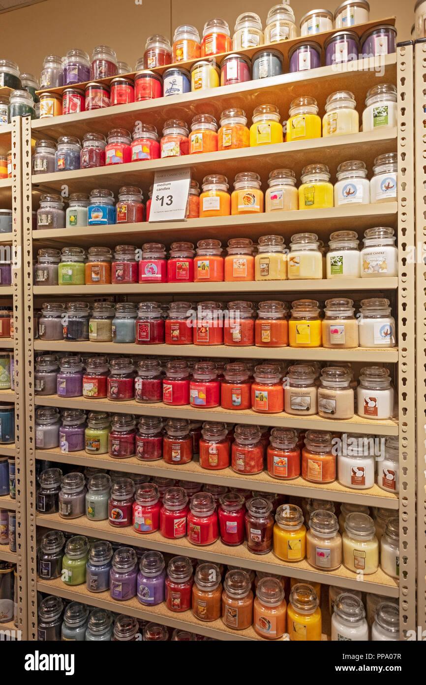 Los estantes con frascos de Yankee velas a la venta en una tienda Yankee  Candle en a531e75cbd56