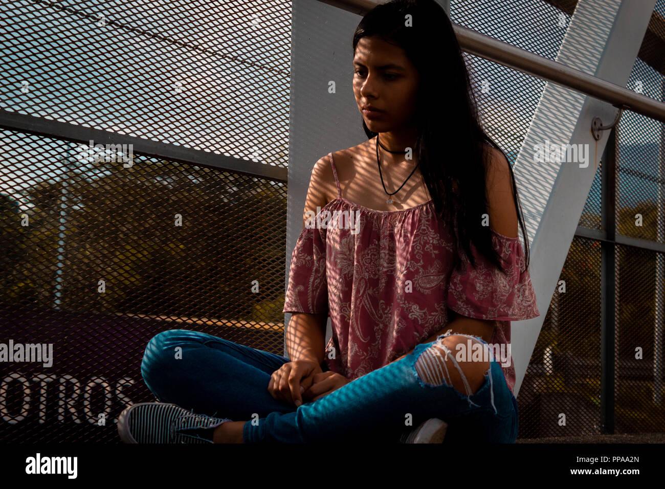 Fotografias naturales de mujer embarazada y joven modelo en área de parque soleado y natural Foto de stock