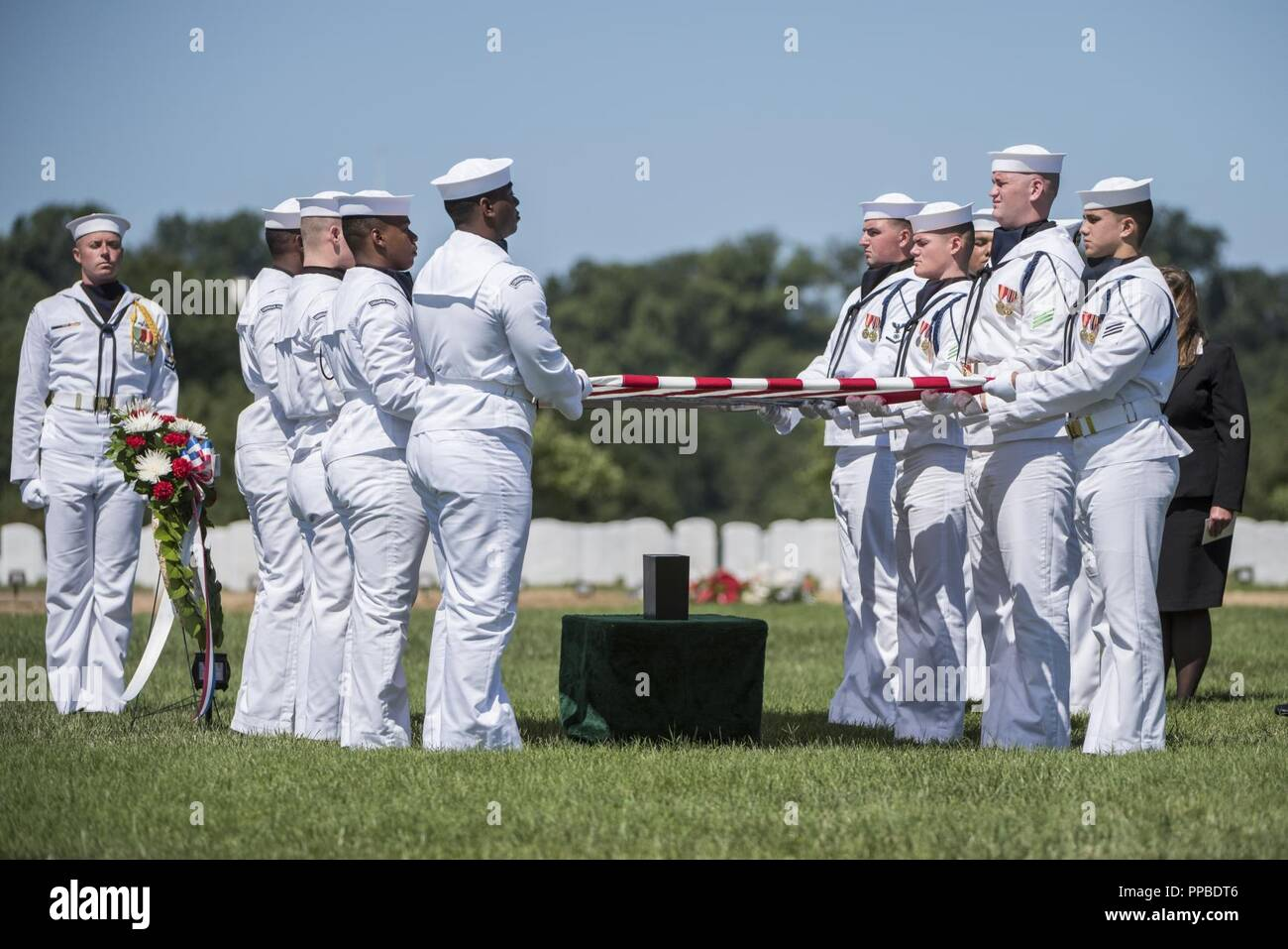 Los marineros de la Marina de los EE.UU. Mantenga la Guardia Ceremonial de la bandera de los EE.UU. durante todos los honores funerarios El Teniente Comandante de la Marina de los Estados Unidos William Liebenow en la sección 62 del Cementerio Nacional de Arlington, Arlington, Virginia, 23 de agosto de 2018. El 7 de agosto de 1943, una patrulla patroneado Liebenow barco torpedo para rescatar a los marineros de PT-109 que habían sobrevivido a varios días en inhóspitas islas tras un destructor japonés había embestido su barco, matando a dos miembros de la tripulación. Entre las personas rescatadas fue la bunkmate Liebenow, John F. Kennedy, entonces de 26. Por sus actos de heroísmo durante la II Guerra Mundial, recibió la medalla de bronce y estrellas de plata. Su Foto de stock