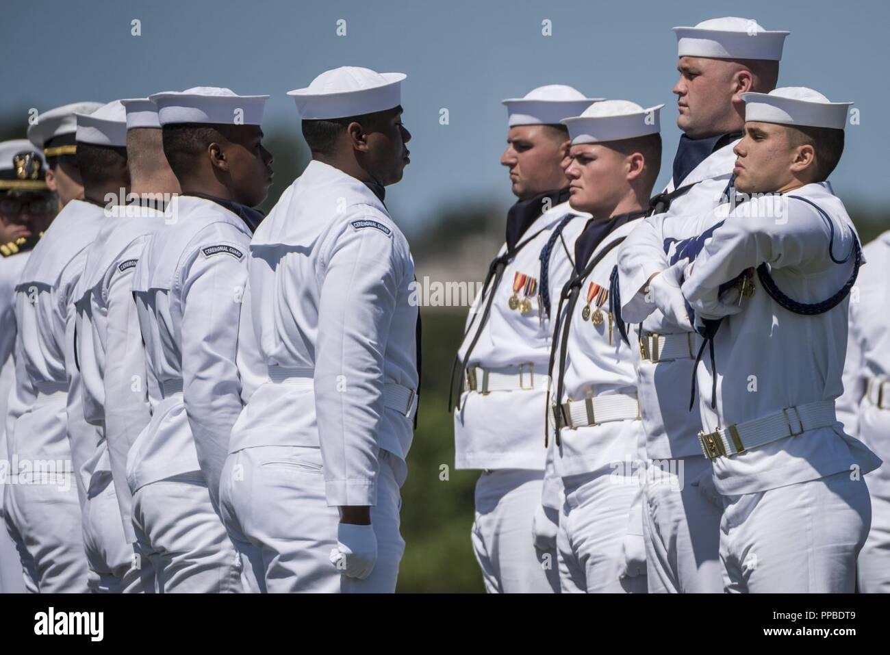 Los marineros de la Marina de los EE.UU. Guardia Ceremonial plegar la bandera de los EE.UU. durante todos los honores funerarios El Teniente Comandante de la Marina de los Estados Unidos William Liebenow en la sección 62 del Cementerio Nacional de Arlington, Arlington, Virginia, 23 de agosto de 2018. El 7 de agosto de 1943, una patrulla patroneado Liebenow barco torpedo para rescatar a los marineros de PT-109 que habían sobrevivido a varios días en inhóspitas islas tras un destructor japonés había embestido su barco, matando a dos miembros de la tripulación. Entre las personas rescatadas fue la bunkmate Liebenow, John F. Kennedy, entonces de 26. Por sus actos de heroísmo durante la II Guerra Mundial, recibió la medalla de bronce y estrellas de plata. Su Foto de stock