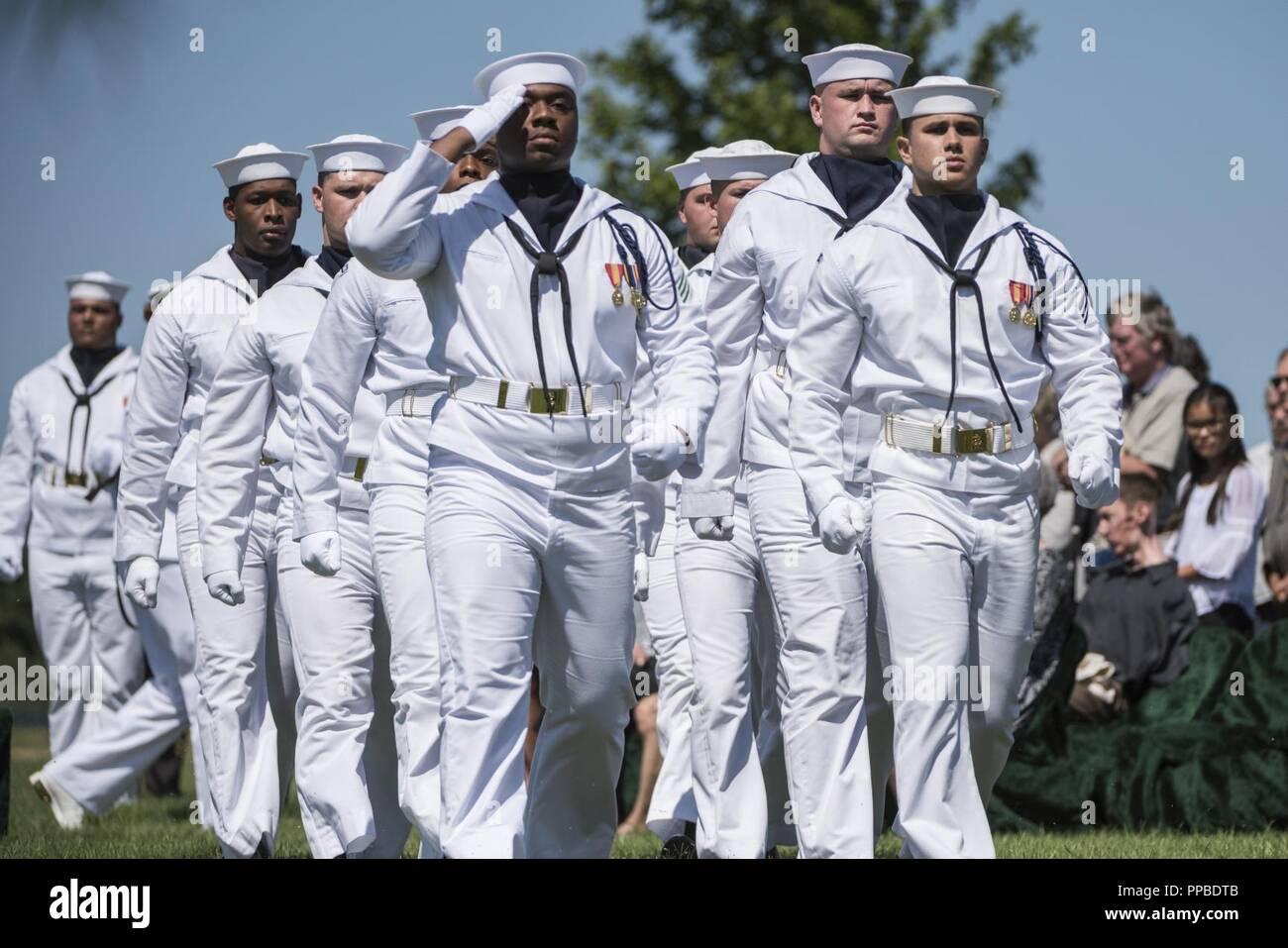 Los marineros de la Marina de los Estados Unidos ayudar a conducir la Guardia Ceremonial todos los honores funerarios El Teniente Comandante de la Marina de los Estados Unidos William Liebenow en la sección 62 del Cementerio Nacional de Arlington, Arlington, Virginia, 23 de agosto de 2018. El 7 de agosto de 1943, una patrulla patroneado Liebenow barco torpedo para rescatar a los marineros de PT-109 que habían sobrevivido a varios días en inhóspitas islas tras un destructor japonés había embestido su barco, matando a dos miembros de la tripulación. Entre las personas rescatadas fue la bunkmate Liebenow, John F. Kennedy, entonces de 26. Por sus actos de heroísmo durante la II Guerra Mundial, recibió la medalla de bronce y estrellas de plata. Su esposa, Lucy Li Foto de stock