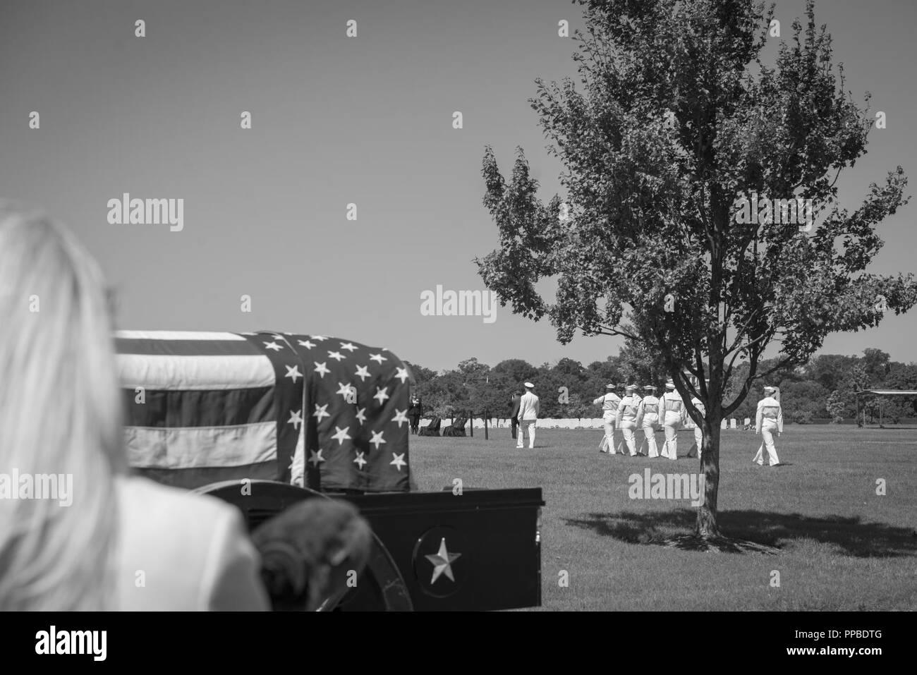 La Marina estadounidense guardia ceremonial, La Marina de Estados Unidos, Banda, y el Regimiento de la infantería de 3d los E.E.U.U. (la vieja guardia) Pelotón casetones conducta todos los honores funerarios El Teniente Comandante de la Marina de los Estados Unidos William Liebenow en la sección 62 del Cementerio Nacional de Arlington, Arlington, Virginia, 23 de agosto de 2018. El 7 de agosto de 1943, una patrulla patroneado Liebenow barco torpedo para rescatar a los marineros de PT-109 que habían sobrevivido a varios días en inhóspitas islas tras un destructor japonés había embestido su barco, matando a dos miembros de la tripulación. Entre las personas rescatadas fue la bunkmate Liebenow, John F. Kennedy, entonces de 26. Por sus actos de heroísmo durante Wor Foto de stock