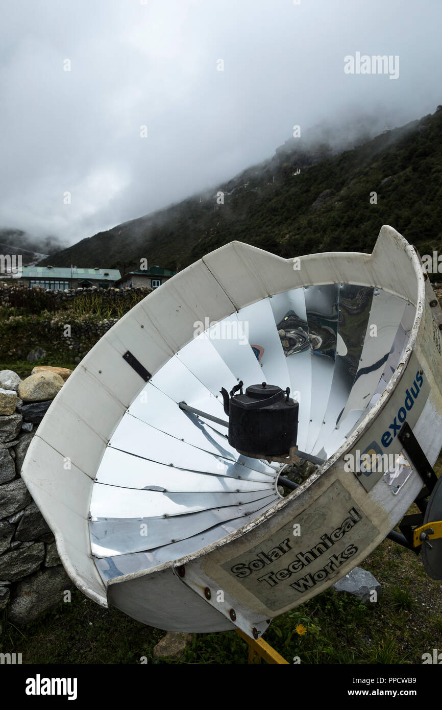 Grandes calentadores solares son usados para hervir agua en las aldeas a lo largo de las rutas de trekking de Nepal, ahorrando recursos limitados para usos más importantes y las horas del día, Thame, Solucion Khumbu, Nepal Imagen De Stock