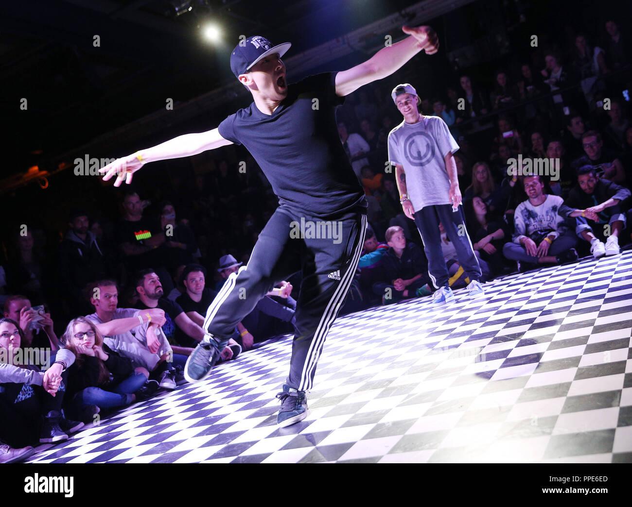 Bailarín en el street dance festival 'Expresa tu estilo batalla 2015' en el  backstage en Munich. c4bde73e3c27