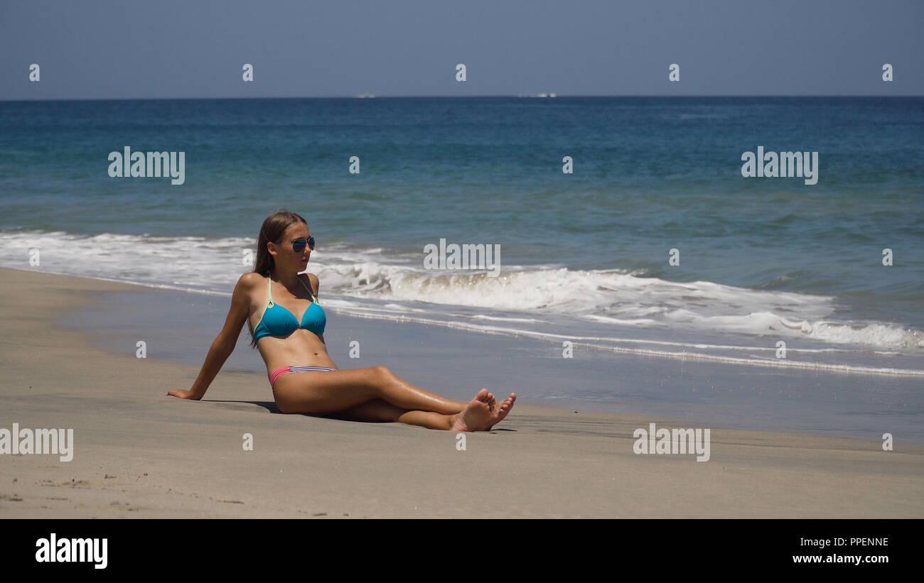 4f1665c00b02 Girl In Bikini On Tropical Imágenes De Stock & Girl In Bikini On ...