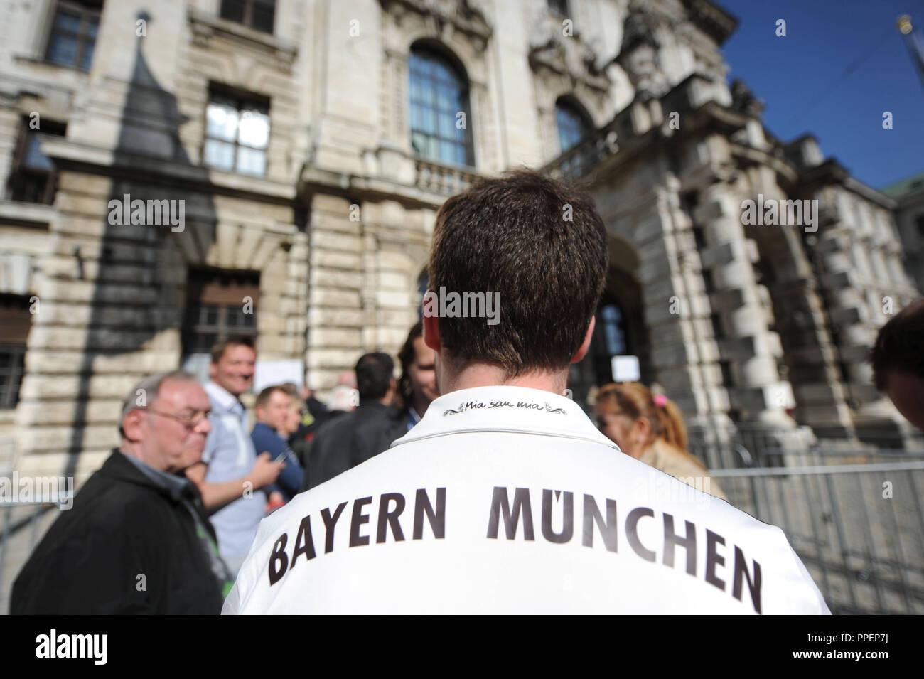 Un ventilador del FC Bayern de Múnich espera en frente del Palacio de Justicia en la Prielmayerstrasse por el veredicto del juicio en contra de Uli Hoeness, quien tiene que responder a cargos por evasión de impuestos ante el tribunal de distrito II. Imagen De Stock