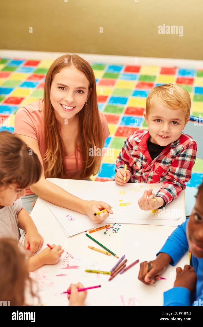 La mujer como educadora pinta y dibuja, junto con los niños en el ...