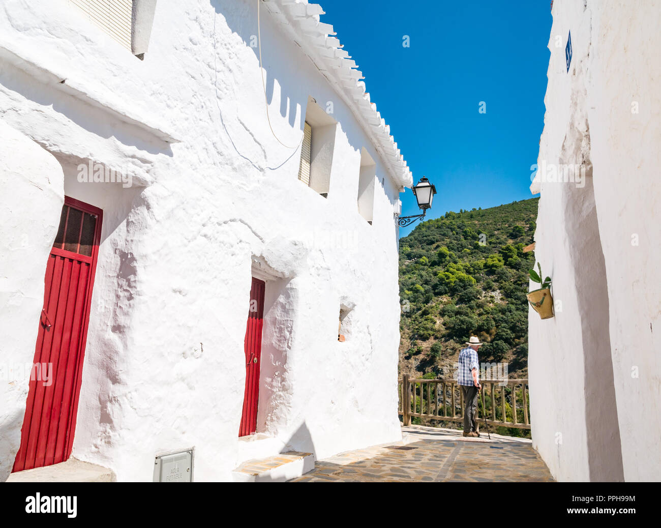 d9c3a1ffc8c15 Más hombre que llevaba sombrero de Panamá junto a casas blancas admirando  Mountain View en el