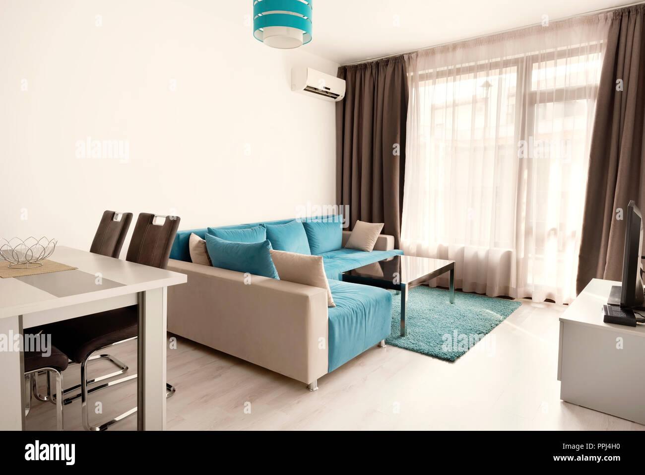 cocina gris y pato azul luminoso y moderno dise o interior acogedor sal n con sof