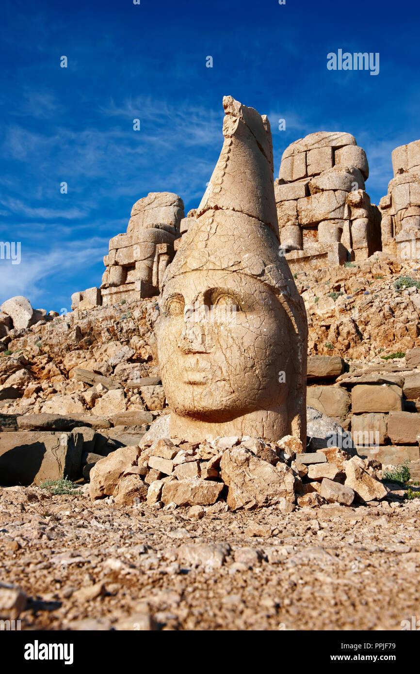 Imagen y fotografía de las estatuas de Apolo en torno a la tumba del Rey Commagene Antochus 1 en la cima del monte Nemrut, en Turquía. Fotos de stock & Arte Fotográfico pri Foto de stock
