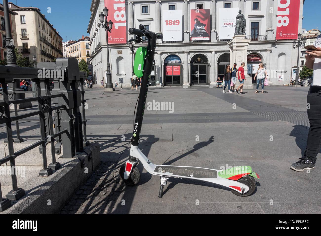 Lime scooter eléctrico estacionado en la Plaza de Isabel II, Madrid, España. Cal-S scooters llegó a Madrid, en agosto de 2018. Imagen De Stock