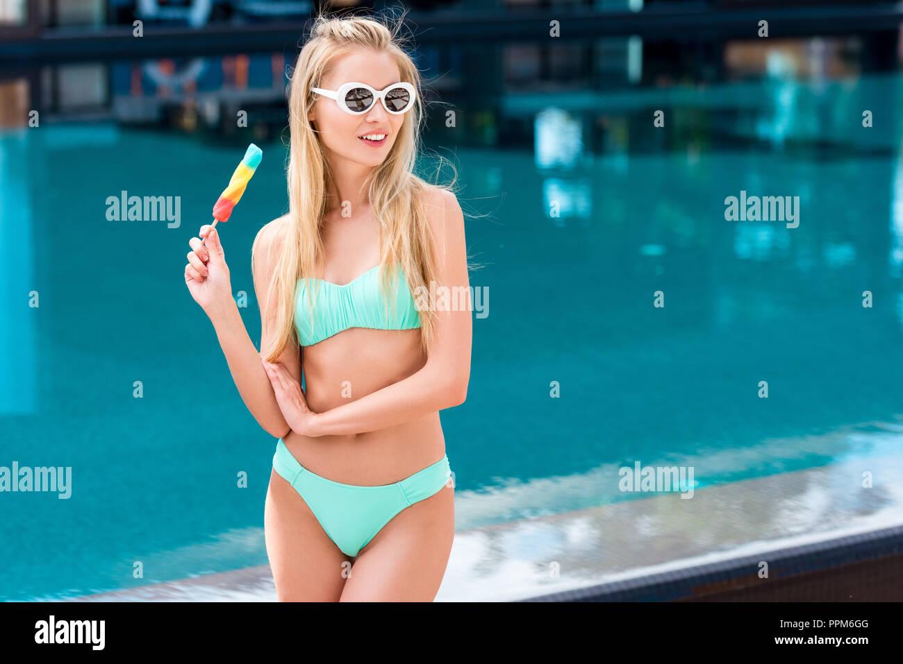 69c469fa9eaf Cold Woman Bikini Imágenes De Stock & Cold Woman Bikini Fotos De ...