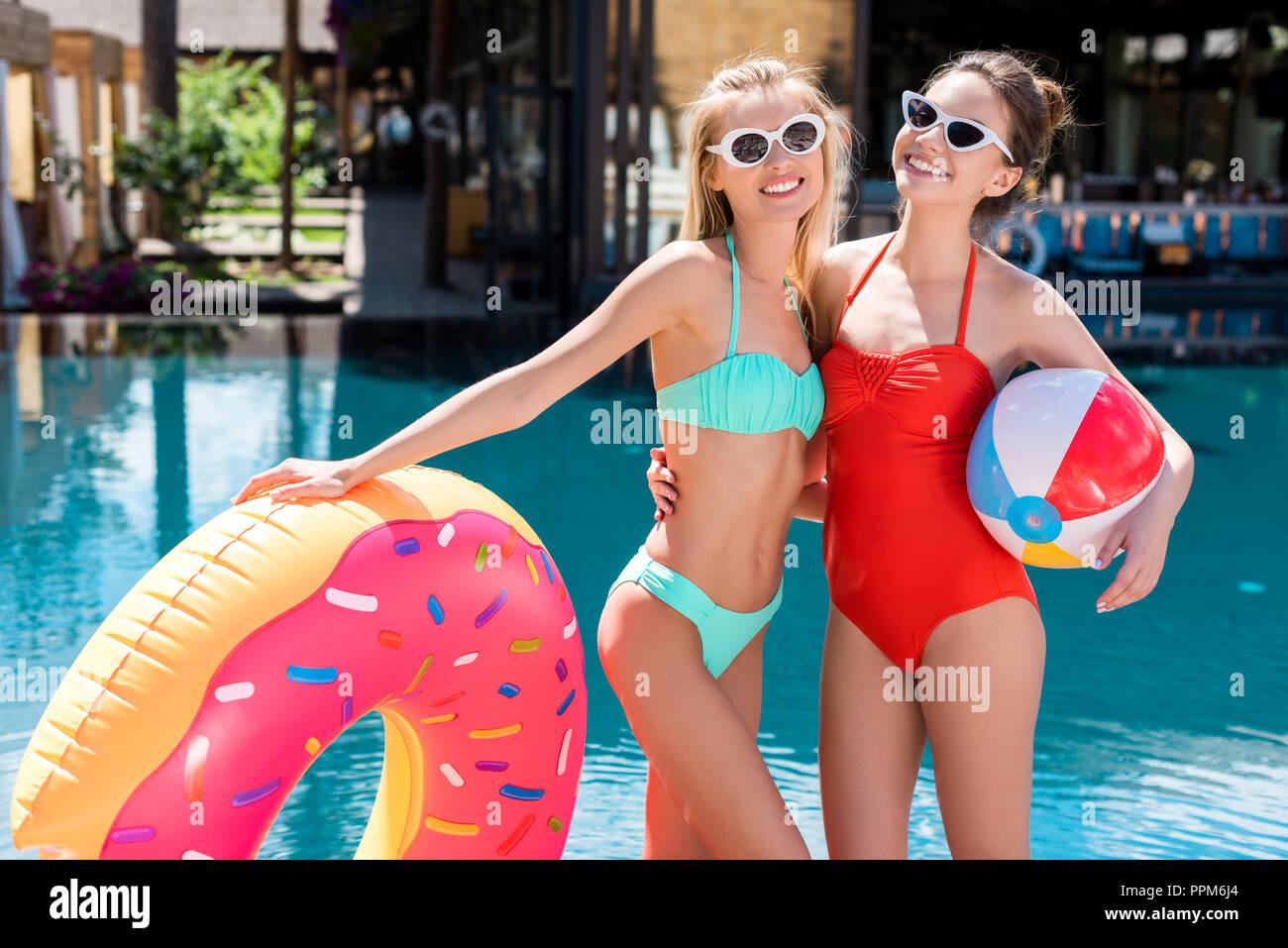 012a9d26fa6b Las mujeres jóvenes y atractivas con anillo hinchable con forma de ...