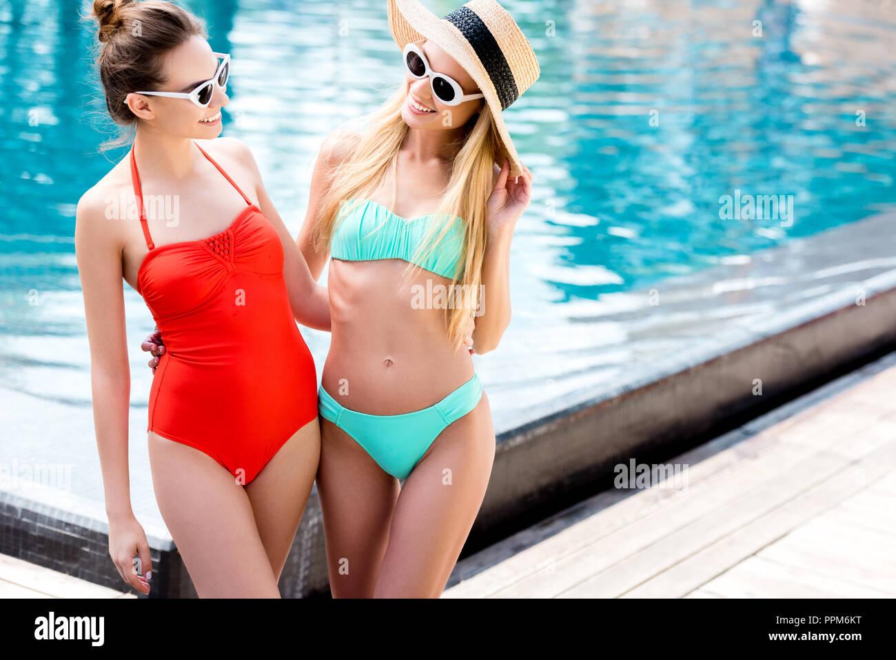 0bc39e8dfdab Las mujeres jóvenes y atractivas en vintage gafas de sol de pie al ...