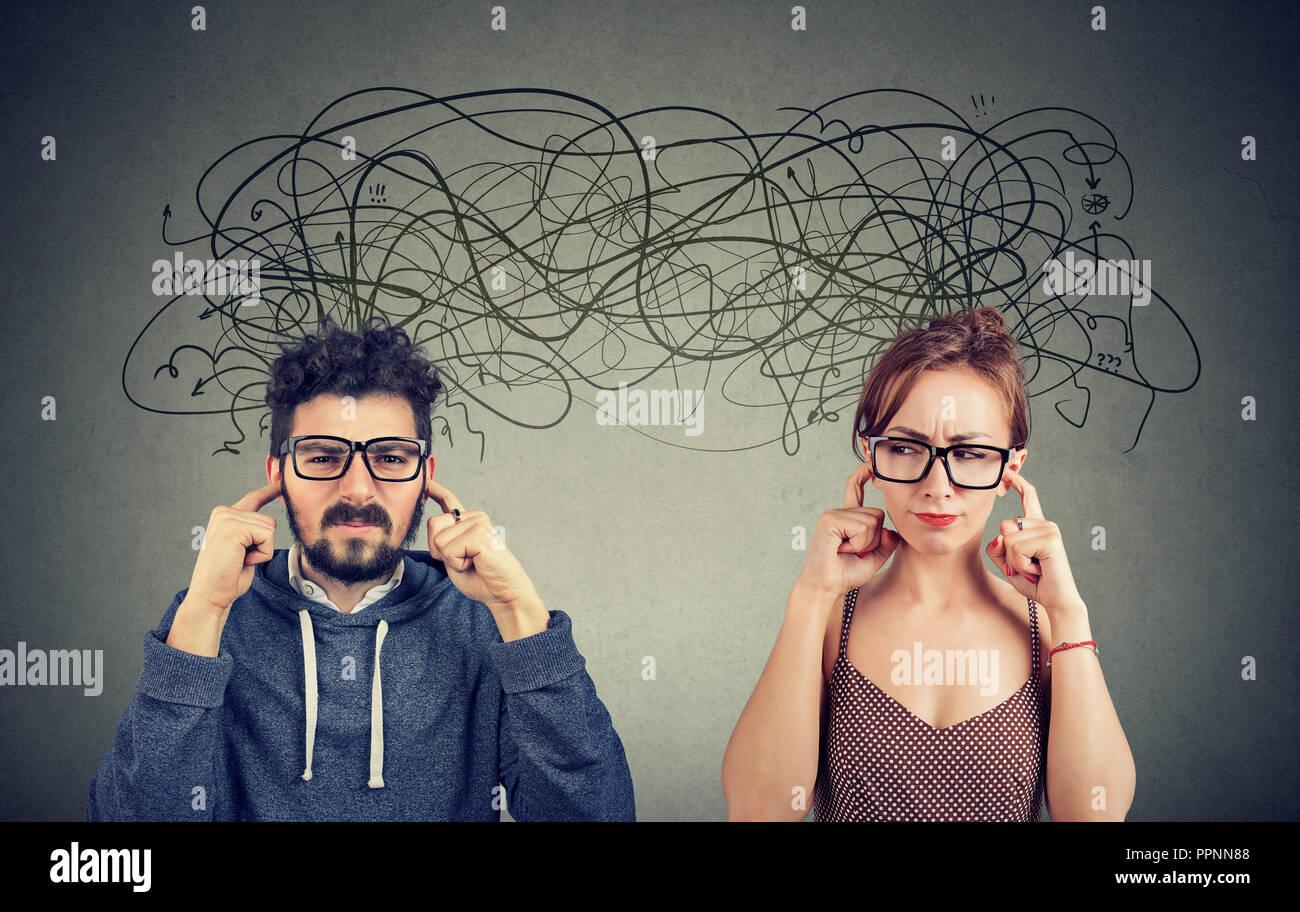 Enojado disgustado par hombre y mujer ignorando no escuchan mutuamente intercambiando con muchos pensamientos negativos. Imagen De Stock