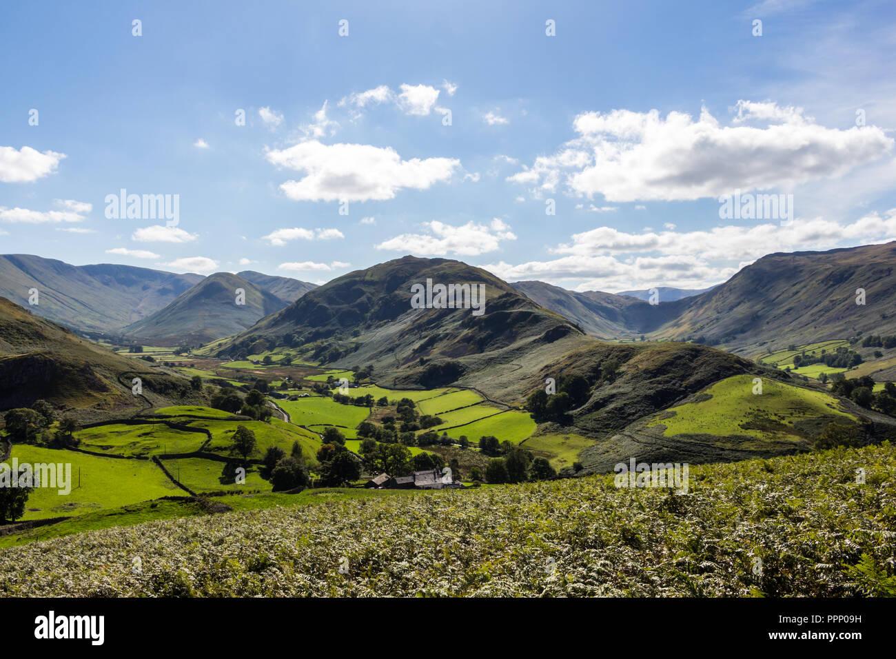 Vista desde Hallin cayó a Martindale y valles con Boardale Beda cayó en el centro. Lake District, Inglaterra. Foto de stock