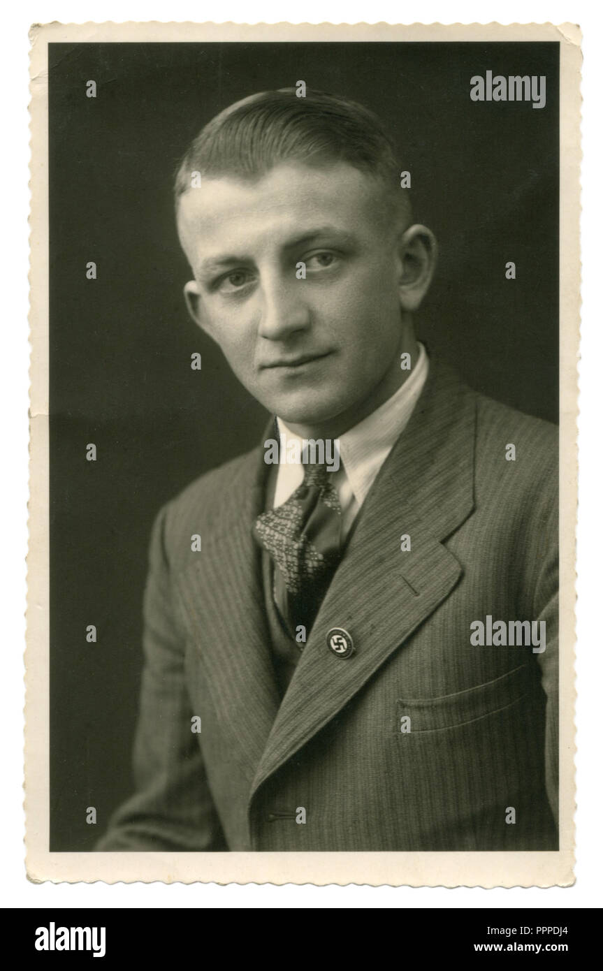 German Historical foto: retrato de un hombre de mediana edad en traje y corbata con una identificación de miembro del NSDAP con una esvástica en su solapa, Alemania, el Tercer Reich Imagen De Stock