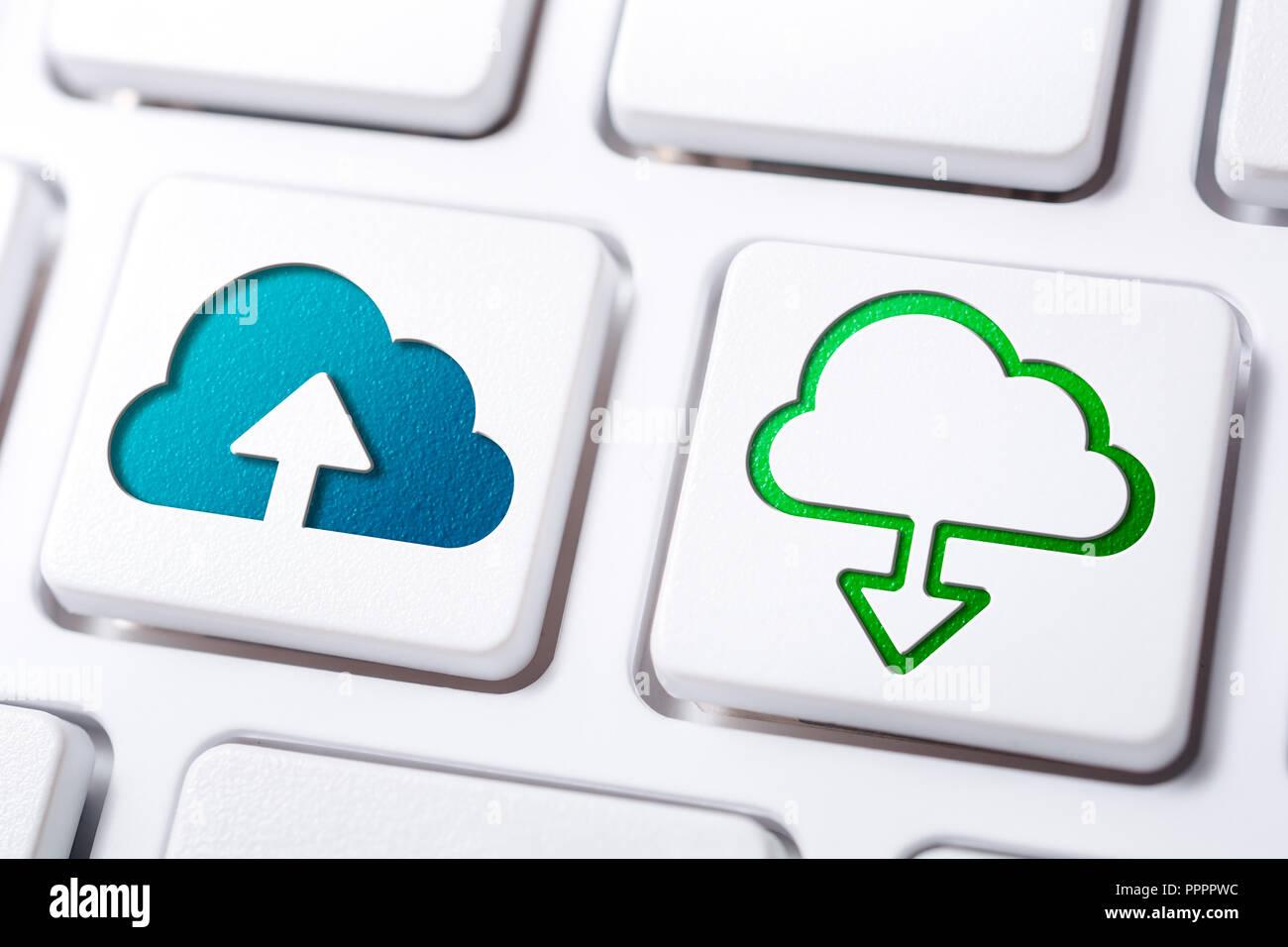 Macro de nube de cargar y descargar los botones de un teclado blanco Imagen De Stock