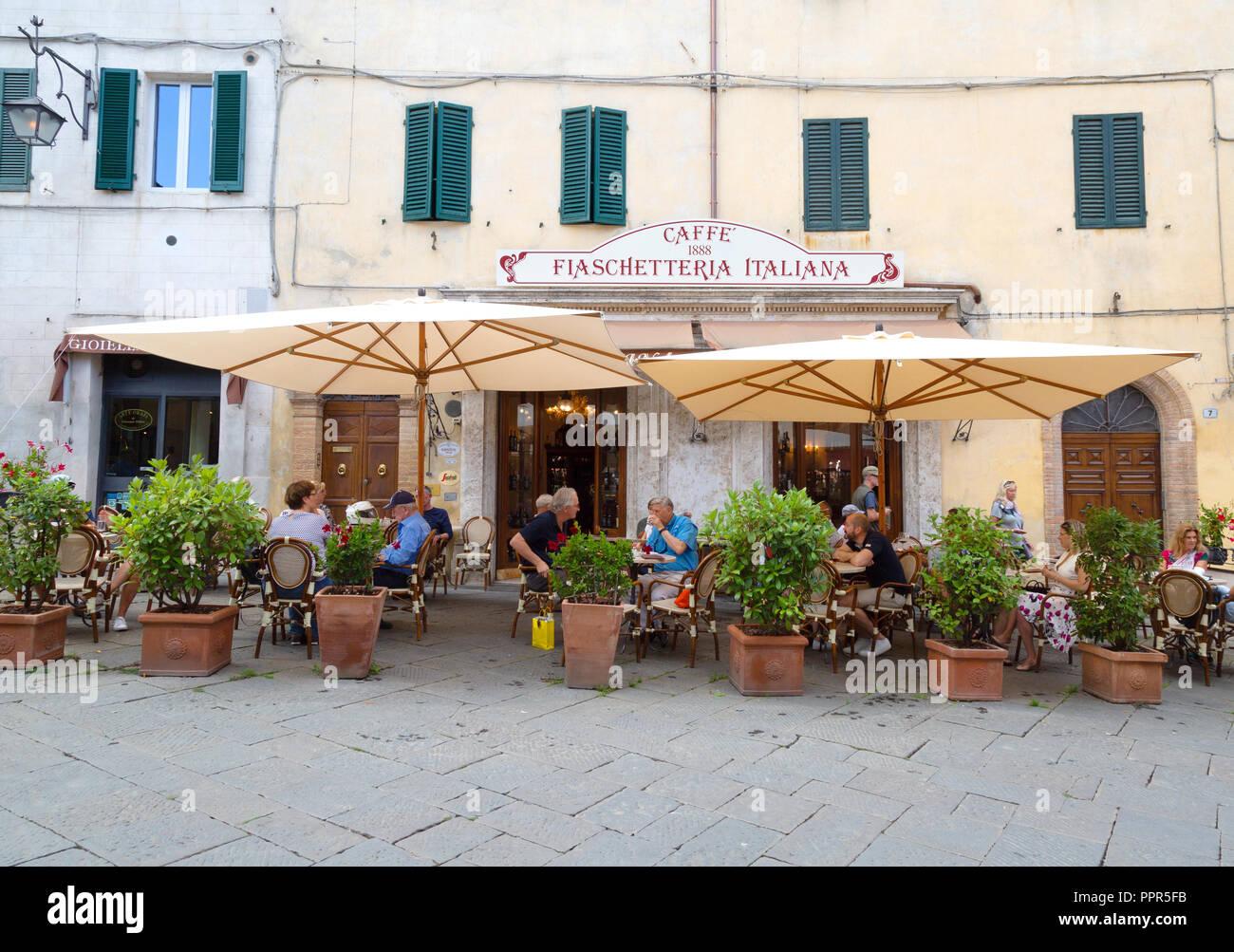 Italia cafe; gente bebiendo fuera del Caffe Fiaschetteria Italiana, la Piazza del Popolo, Montalcino, Toscana Italia Europa Imagen De Stock