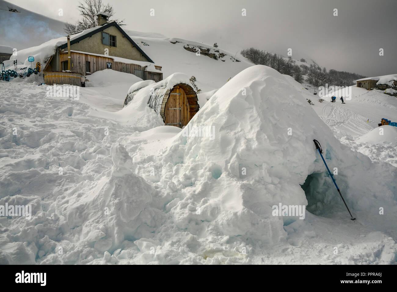 Alojamiento Geodesique domo. Gourette ski resort, Pirineos Atlánticos, región de Aquitania, el valle de Ossau, Francia Imagen De Stock