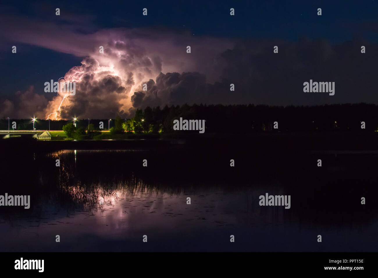 Nube de tormenta, temprano en la mañana, en verano, en agosto, antes del amanecer, el poder de la naturaleza antecedentes Foto de stock