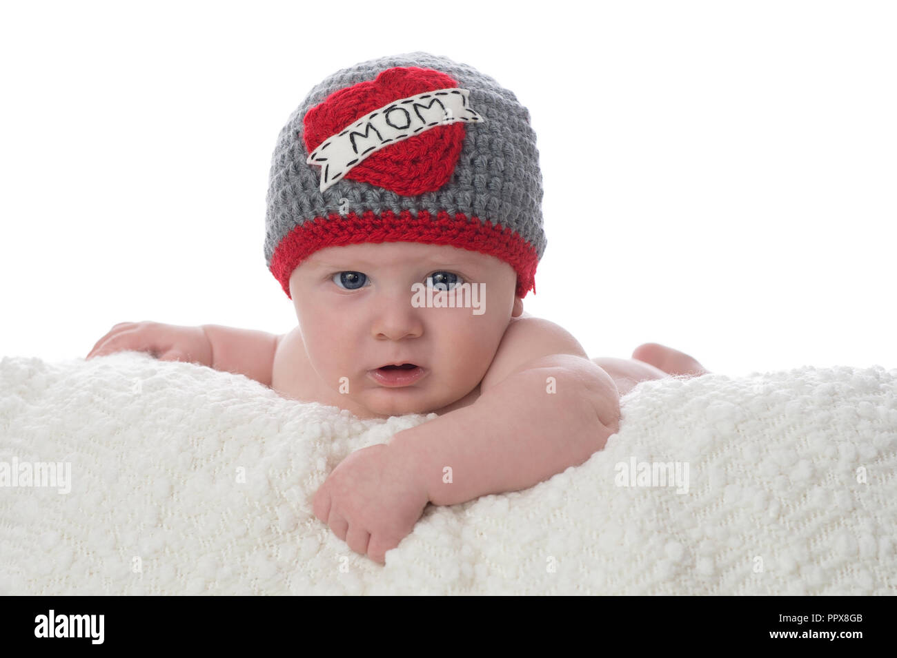 11e012092 Un bebé de 2 meses tumbado sobre su estómago en una sábana blanca. Él está
