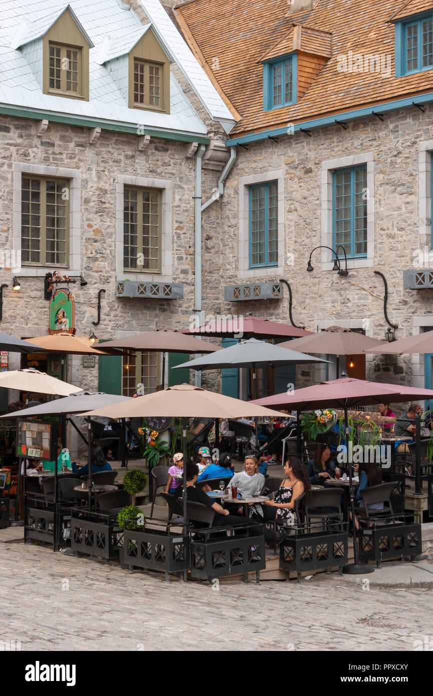 Gente Disfrutando De Bebidas En La Terraza De La Pizz Saint
