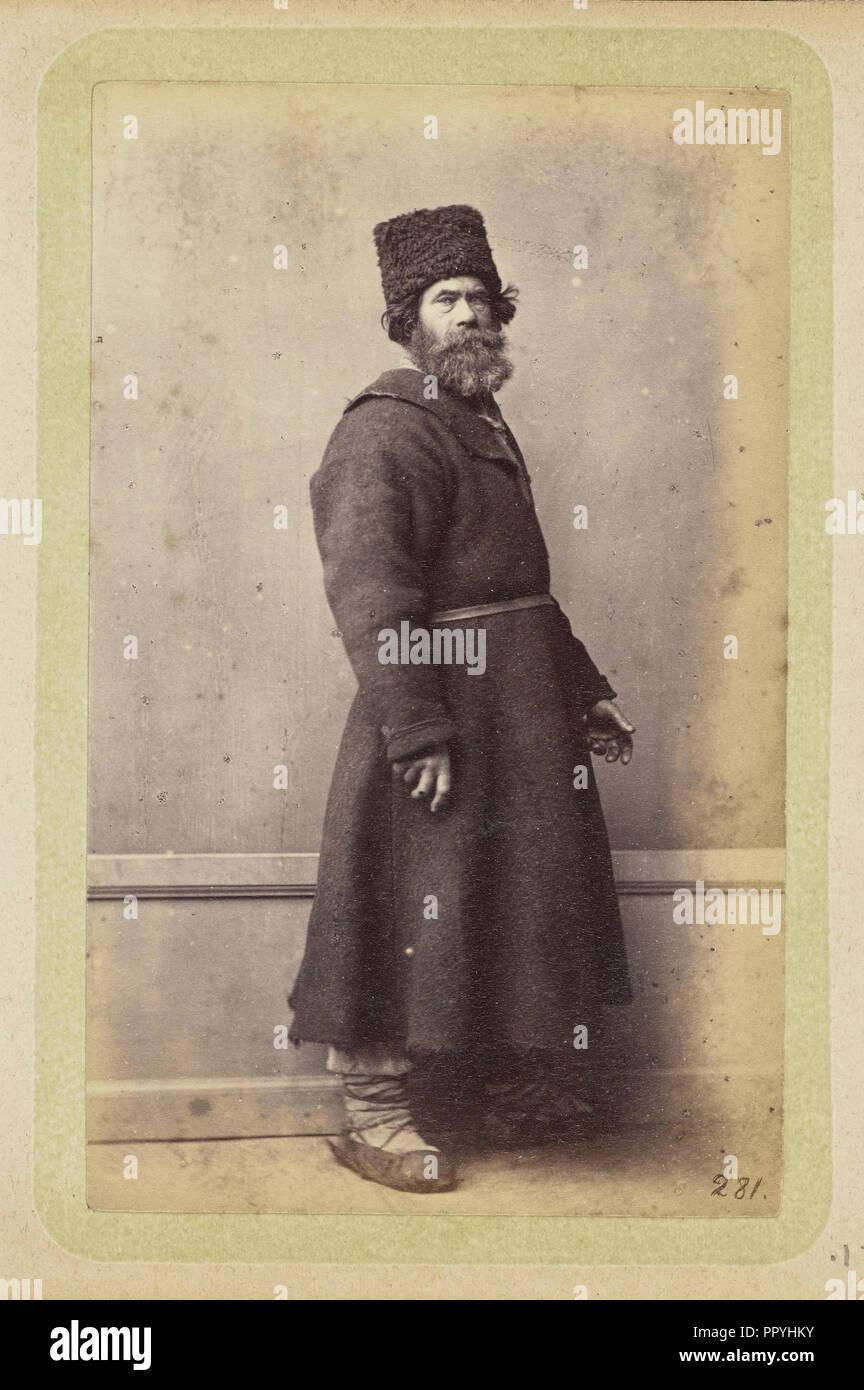 Hombre Barbado posando en el largo y oscuro abrigo y gorro de lana  William  Carrick 7fa52f5a3df