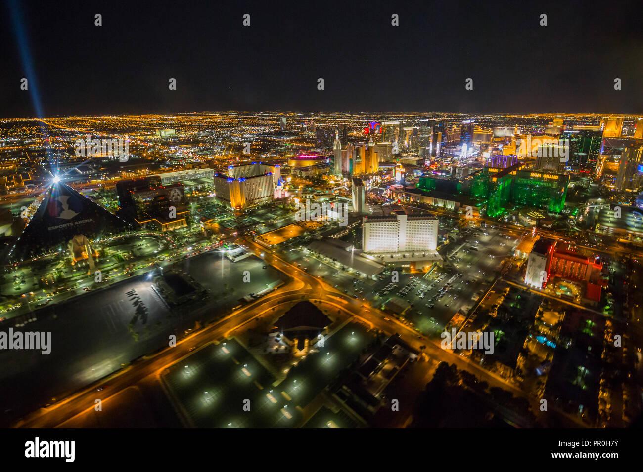 Vista de Las Vegas y la tira en helicóptero por la noche, Las Vegas, Nevada, Estados Unidos de América, América del Norte Foto de stock