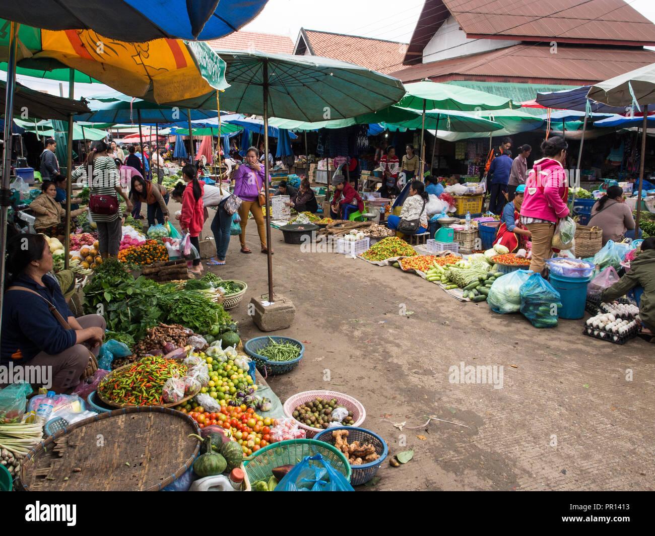 Mercado exterior central, Luang Prabang, Laos, Indochina, en el sudeste de Asia, Asia Imagen De Stock