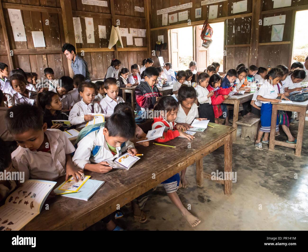 La escuela primaria aula llena de estudiantes, Houy Mieng village, Laos, Indochina, en el sudeste de Asia, Asia Foto de stock