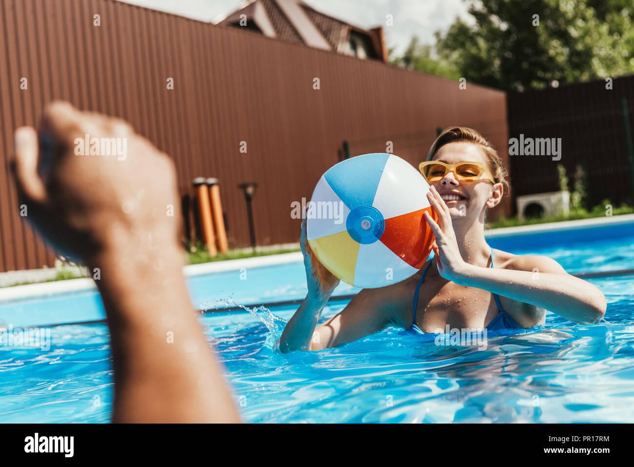 Mujer feliz jugando con la pelota de playa piscina Imagen De Stock