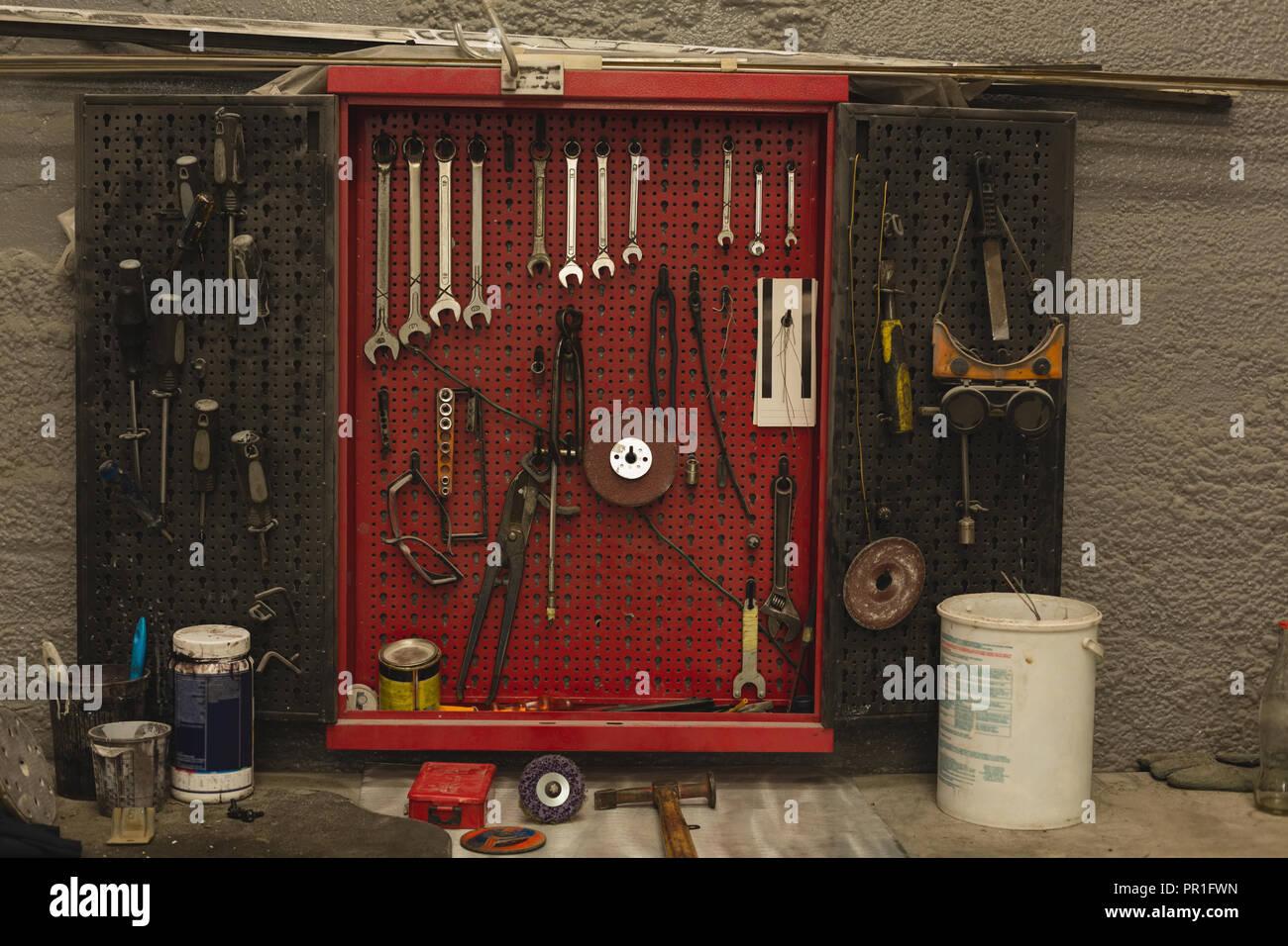 Herramientas de coche en el garaje Foto de stock
