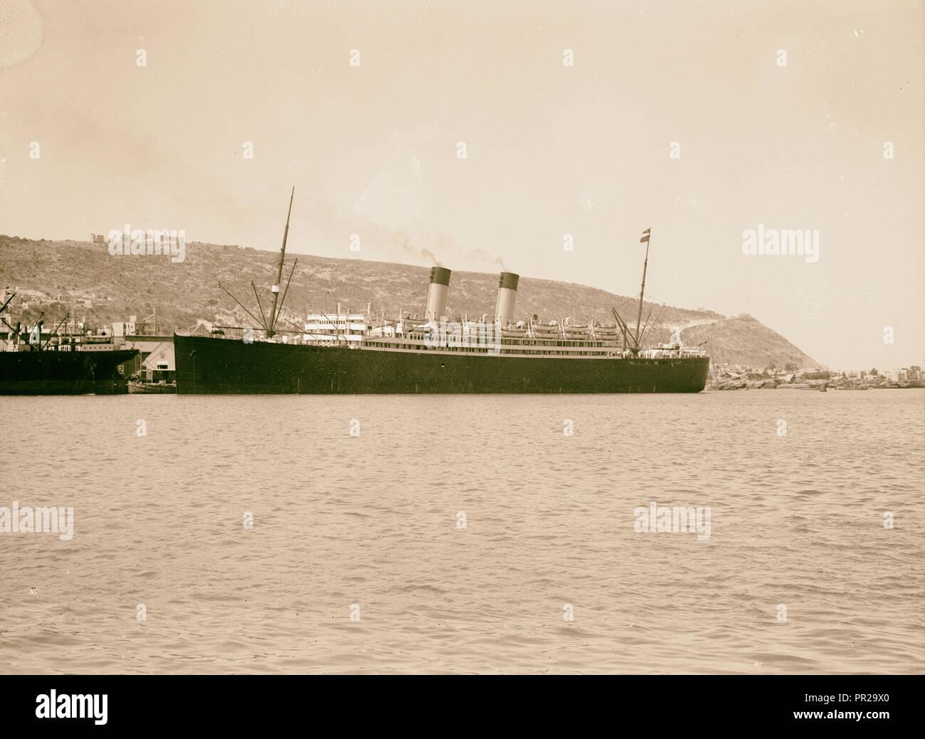 Los disturbios palestinos de 1936. El crucero de lujo Laurentic acoplado en Haifa. Mt. Carmelo es notorio que se ve al fondo Foto de stock