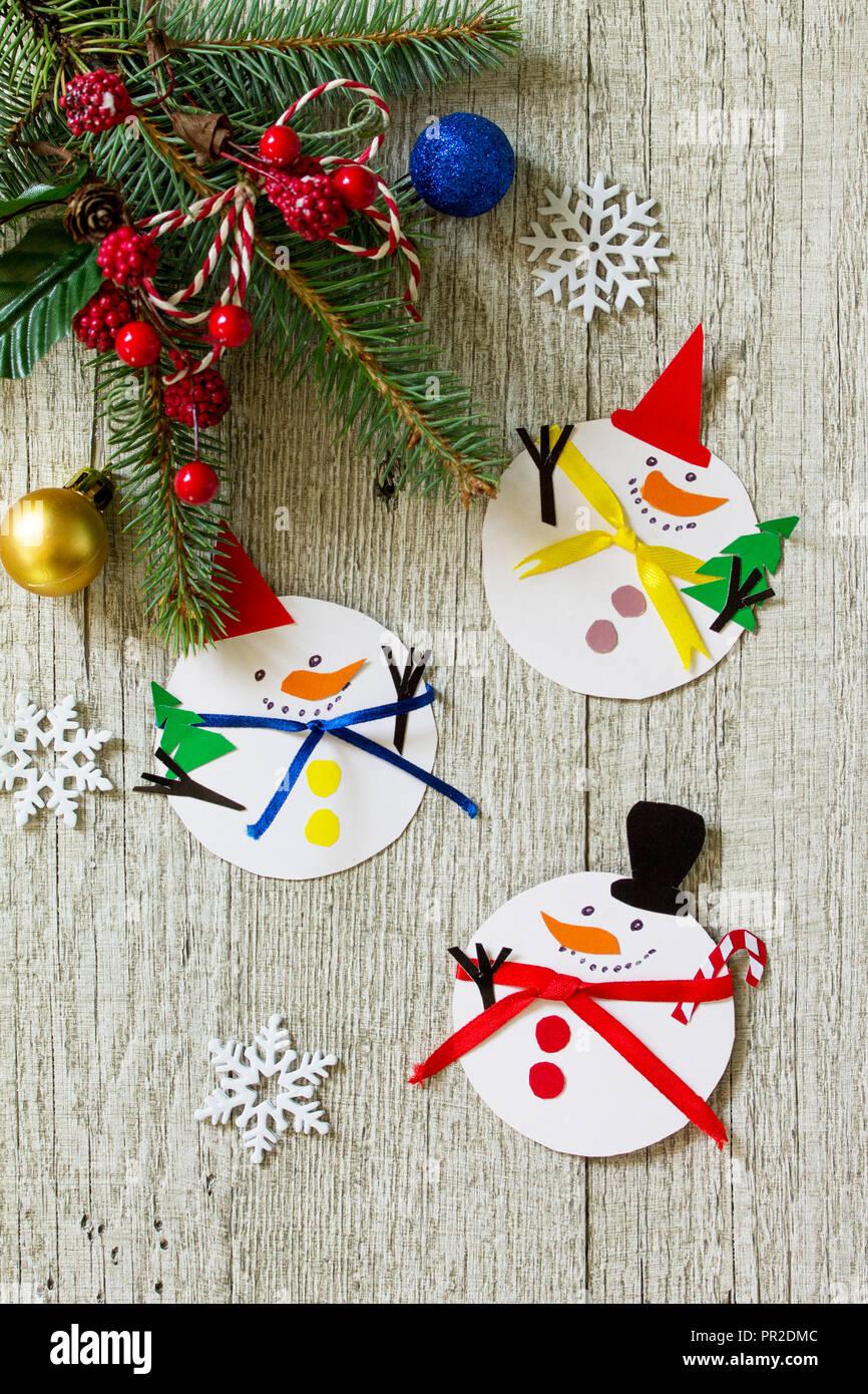 Manualidades Para Regalar A Ninos En Navidad.Muneco De Nieve Feliz Regalo De Navidad Sobre La Mesa De