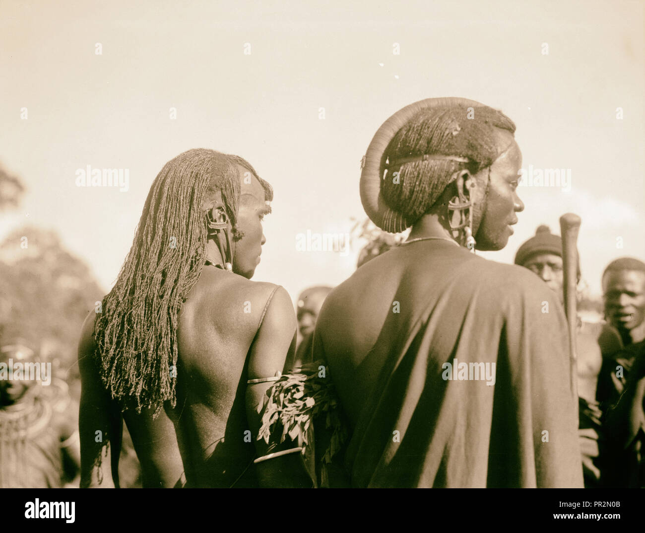 Tanganyika. A Arusha. Los hombres Masai vistiendo peculiar pelucas. 1936, Tanzania, Arusha Imagen De Stock